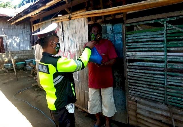 Peduli Warga Terdampak Pandemi Covid19, Ipda Alfon dan Bripka Agus Bagikan Sembako Pada Warga Kurang Mampu