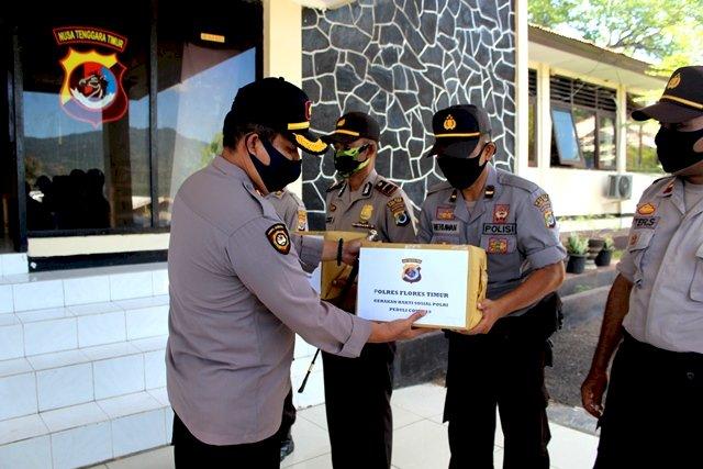 Gerakan  Bakti Sosial Polri Peduli Covid-19, Polres Flotim Bagikan 400 Paket Sembako