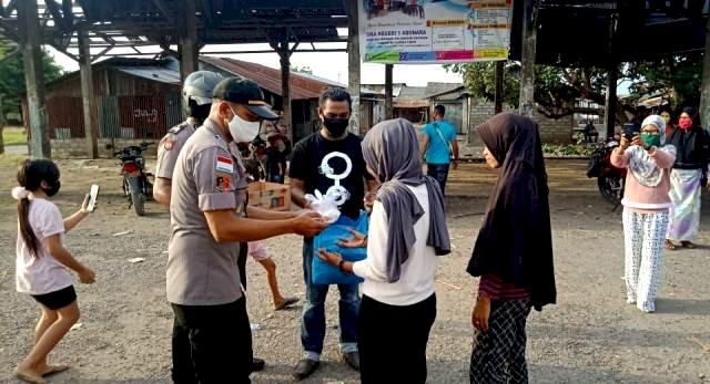 Personil Polsek Adonara Ngabuburit Bagi Takjil Gratis
