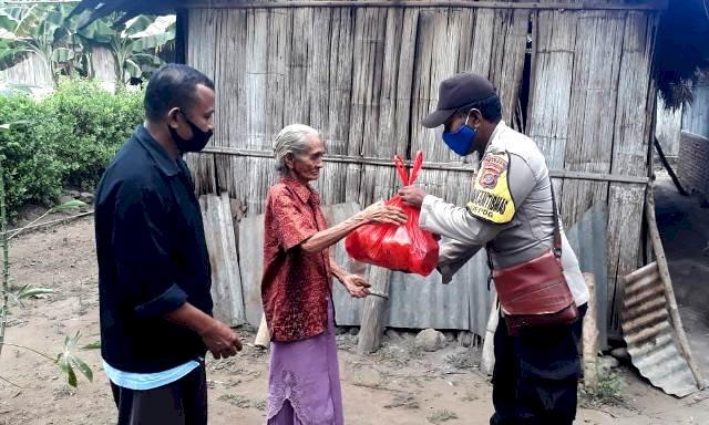 Brigpol A.Y Don Bosko Distribusikan Sembako di Desa Bama dan Desa Lamika Kec Demon Pagong