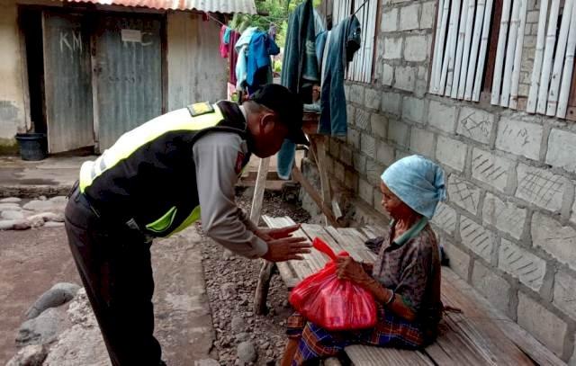 Brigpol Paulus Bura Hajon Distribusikan Bantuan Sembako Dalam Rangka Bakti Sosial Polri Peduli  Covid19