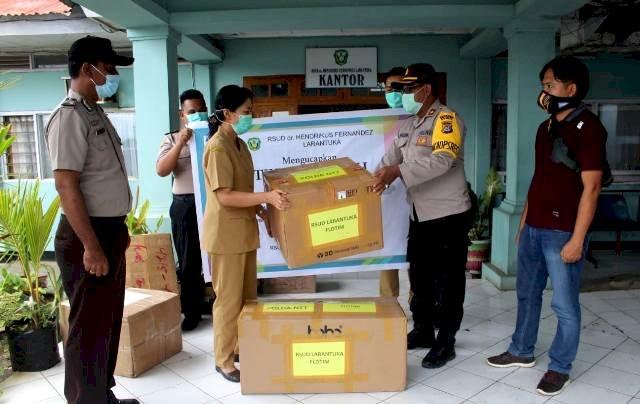 Dukung Tenaga Medis, Wakapolres Flotim Serahkan Bantuan APD Kepada RSUD Dr. Hendrikus Fernandez