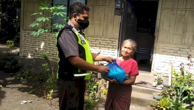 Bhabin Desa Klatanlo Bripka Agus Fay Salurkan Bansos Polri Peduli Covid-19