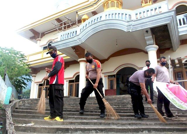 Bakti Religi, Personil Polres Flotim Bersihkan Rumah Ibadah