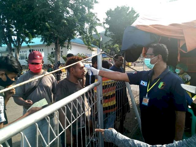 Satgas Aman Nusa II Bersama Gugus Tugas Percepatan Penanganan COVID-19 Kab. Flotim Lakukan Pemeriksaan Suhu Tubuh Sesuai Protokol Kesehatan