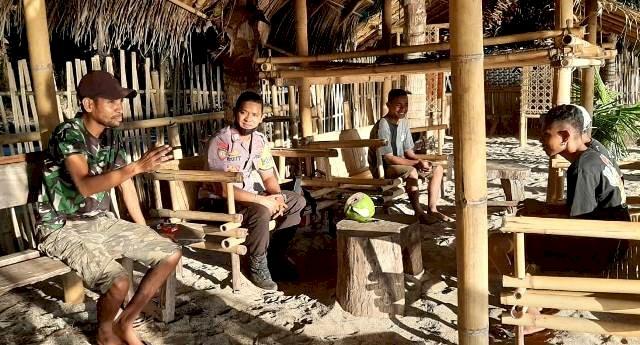 Bhabinkamtibmas Bripka Gusti Lanang Patroli Sekaligus Sambang Kepada Pemuda Desa Watowara
