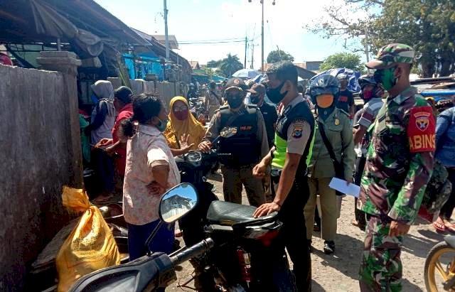 Bhabinkamtibmas Kota Larantuka Dampingi Sat Pol-PP Lakukan Penertiban Pedagang dan Kendaraan Yang Parkir Disepanjang Ruas Jalan Pasar Inpres Larantuka