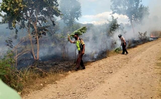 Anggota Pospol Tanjung Bunga Bantu Warga Padamkan Api