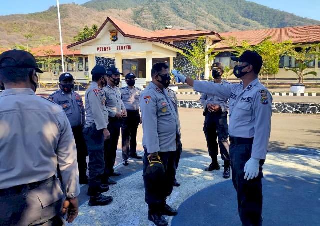 Tiem Satgas Aman nusa II Lakukan Screning Suhu Tubuh Personil Polres Flotim