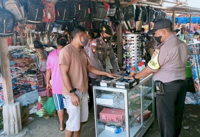 Patroli Pasar, Bhabinkamtibmas Bersama Personel Polsek Wulanggitang Ajak Warga Adaptasi Kebiasaan Baru