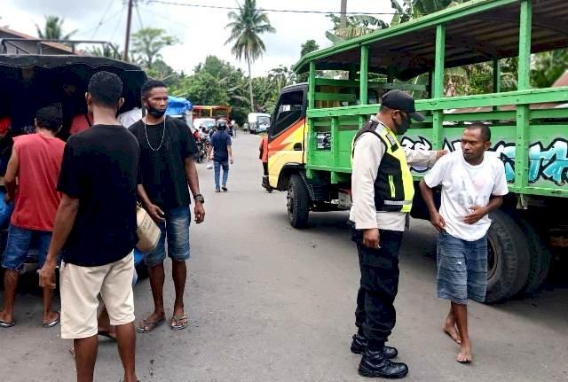 Patroli Pasar, Bhabinkamtibmas Tak Lupa Untuk Selalu Berikan Imbauan Kamtibmas dan Protokol Kesehatan