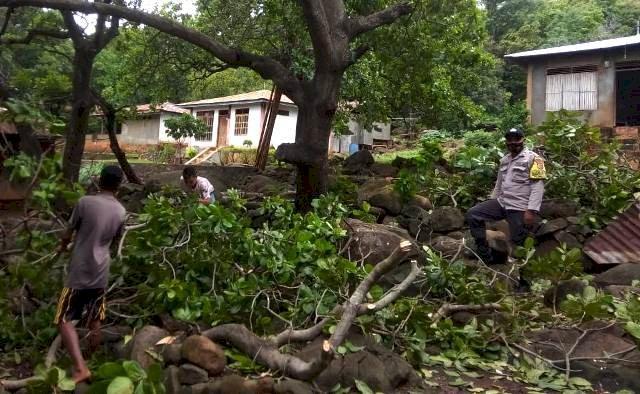 Bhabinkamtibmas Bripka Alrianto Bantu Warga Perbaiki Rumah Dampak Dari Angin Kencang