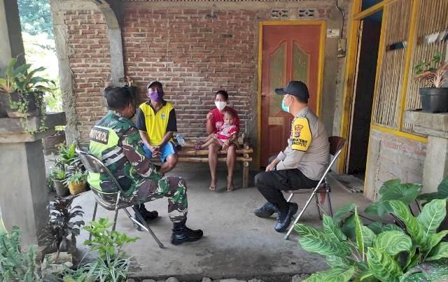Jaga Sikon Tetap Kondusif, Bhabinkamtibmas Bersama Babinsa Lakukan Sambang Desa Binaan