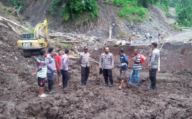 Peduli Bencana Alam, Kapolres Flotim Tinjau Jalan Yang Putus Akibat Banjir Bandang Dan Tanah Longsor