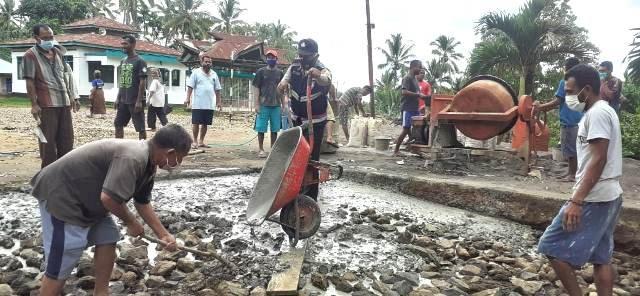 Peduli Desa Binaannya, Bhabinkamtibmas Bripka Abidin Sudin Bantu Warga Kerja Bakti Pembangunan Jalan