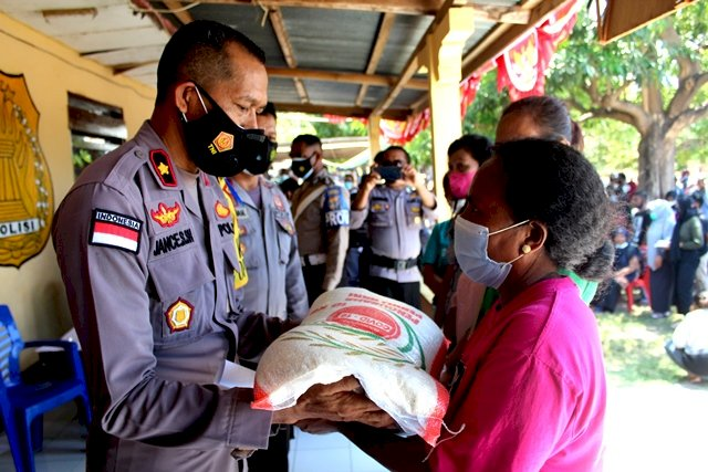 Polres Flotim Berikan Bantuan Sosial Kepada Masyarakat Terdampak Covid-19
