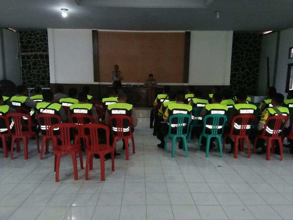 Kasat Binmas Memberikan Arahan Kepada Para Anggota Bhabinkamtibmas.
