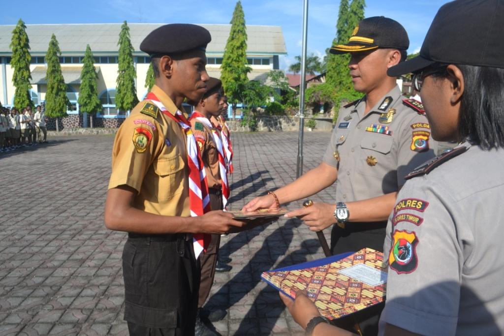 Anggota Saka Bhayangkara Terima Penghargaan Dari Kapolres Flores Timur.