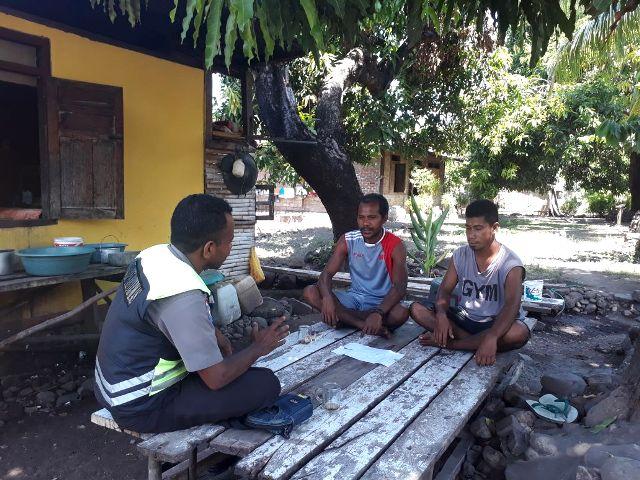 Bhabinkamtibmas Polsek Titehena Polres Flotim Sambang Masyarakat Desa Bama Suarakan Anti Hoax Jelang Pilgub NTT 2018