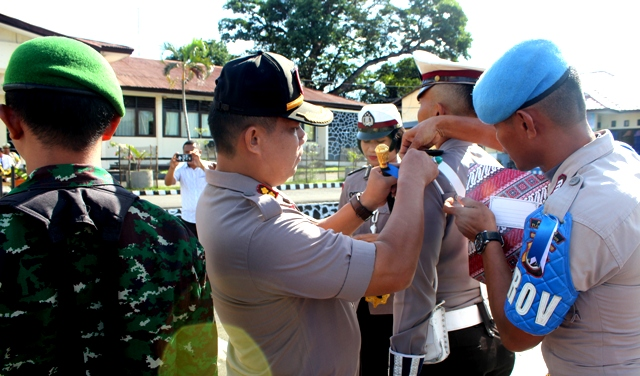 Apel Gelar pasukan Operasi Ketupat Turangga 2019, Kapolres Flotim sematkan pita Operasi