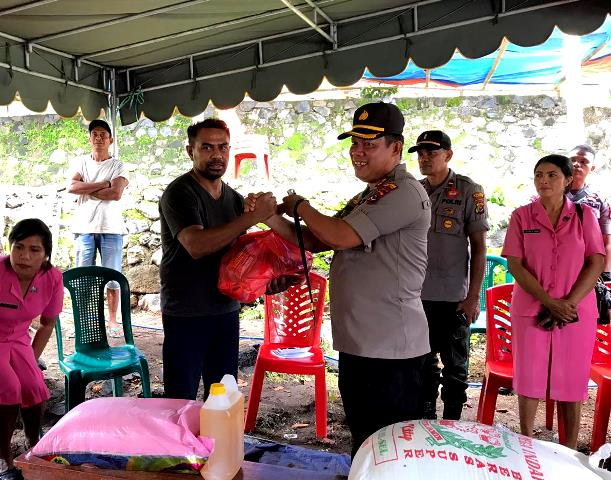 Silahturahmi Kapolres Flotim Bersama Ibu Bhayangkari Ranting Adonara Kepada Keluarga Korban Kasus Bentrokan Antar Suku Kwaelaga dan Suku Lamatokan di Desa Sandosi