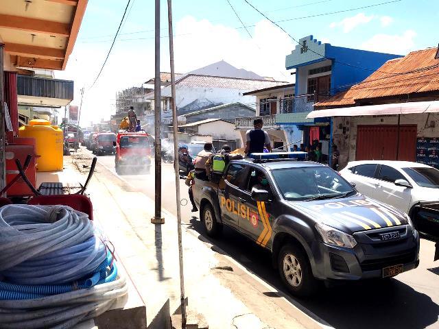Tiem Gugus Covid-19 Flotim Semprot Disinfektan Disepanjang Ruas Jalan Kota Larantuka