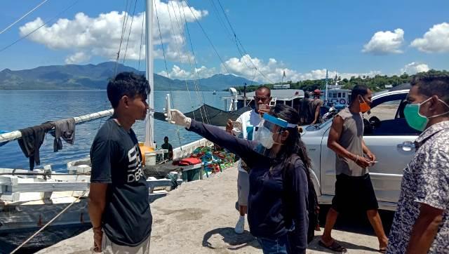 Pengukuran Suhu Tubuh Serta Pendataan Terhadap Masyarkat Yang Datang Dari Luar Daerah Oleh Bhabinkamtibmas Bersama Instansi Terkait