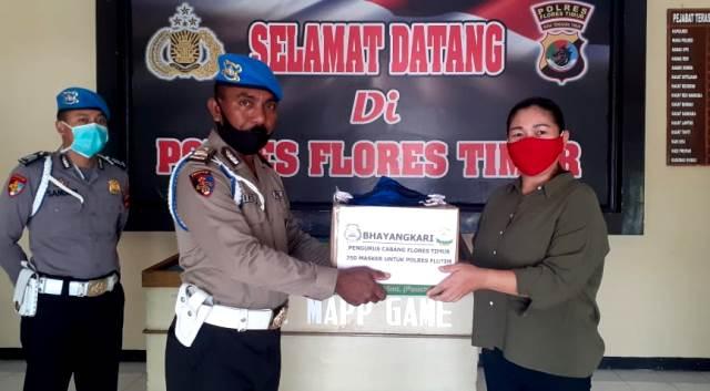 Bentuk kepedulian Ditengah Pandemi Covid-19, Bhayangkari Cabang Flotes Timur Berikan Bantuan Masker Kepada Anggota