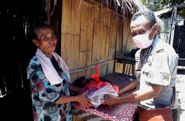 Bhabinkamtibmas BRIGPOL  A.Y Don Bosko Distribusikan Bantuan Sembako dan Masker Kepada Warga Desa Lamika