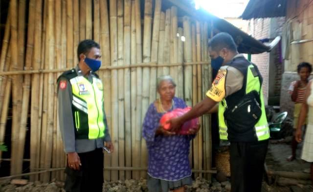 Bhabinkamtibmas Kec. Tanjung Bunga Sambang Sekaligus Pendistribusian Bantuan Berupa Sembako dan Masker Pada Warga Kurang Mampu