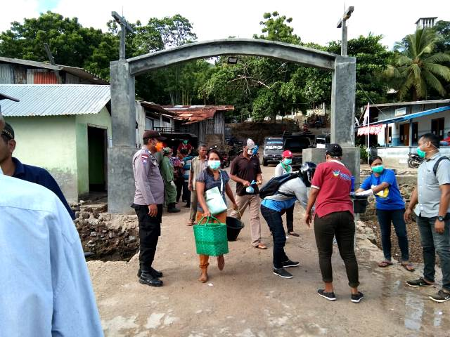 Cegah Covid-19,Bhabinkamtibmas Bersama Instansi Terkait Lakukan Penyemprotan Disinfektan di Pelabuhan