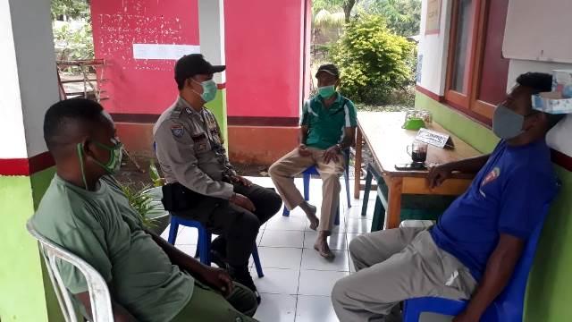 Bhabinkamtibmas Bripka I Wayan Aryasa Lakukan Pemantauan dan Pengamanan di Posko Penanganan Covid 19 Tingkat Desa