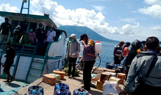 Upaya Cegah Virus Covid 19, Kapospol Solor Barat Bersama Anggota Lakukan Penyemprotan Desinfektan Di Pelabuhan Pamakayo